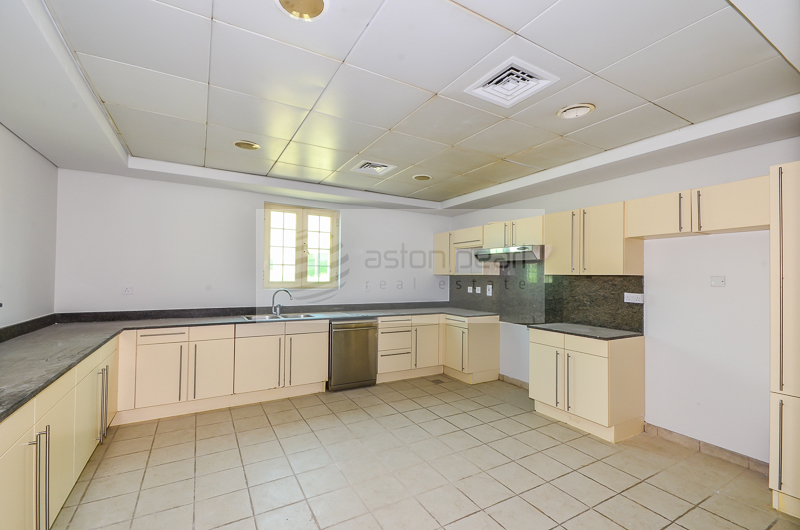 Great Location, Vacant Master View , Close to Club