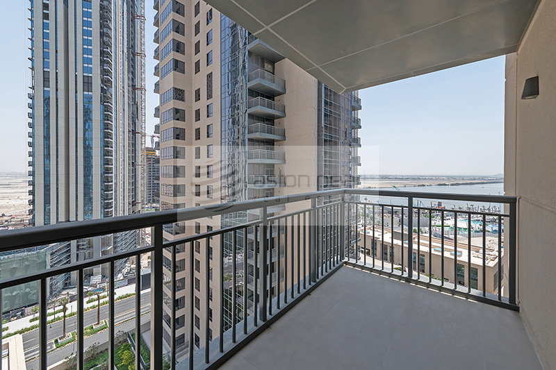 Superb Skyline and Creek Views, Spacious Apartment